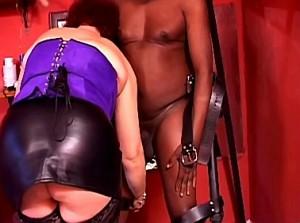 Meesteres vernederd zwarte slaaf door hem in het schandblok te zetten