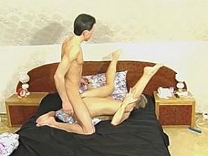 Bejaarde vrouw laat zich in alle standjes neuken