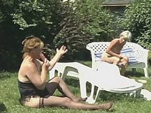 Lesbische oude vrouwen met hun grote dildo in de tuin