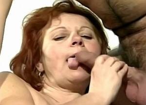 Kleinzoon duwt vibrator in oma haar harige kut
