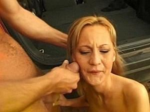 Smeerlap dwingt slachtoffer zijn harde snikkel te zuigen