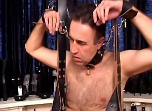 Dominatrix bind slaaf zijn ballen strak af