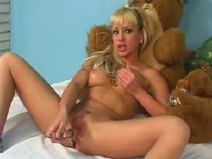 Sexy tiener meisje met doorzichtige dildo in haar preut