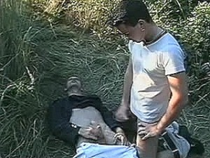 Schandknaap krijgt enorme paal tegen zijn huig geramd