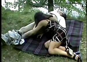 Vader dwingt dochter zijn bloedlul te pijpen tijdens boswandeling