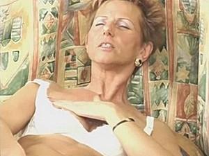 75 jarige snol vingert haar druipgrot