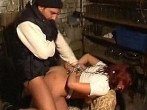 Bizarre psychopaat pompt zijn harde staaf in meisje haar kontgaatje