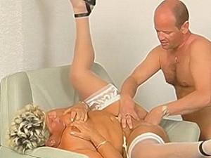 Nep dokter vuistneukt oude dame haar scheur