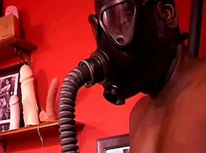 Breathplay en gasmasker training door sadistische vrouw